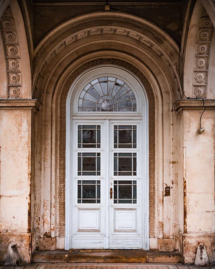Eine alte und sehr fotogene Tür im Park Sanssouci