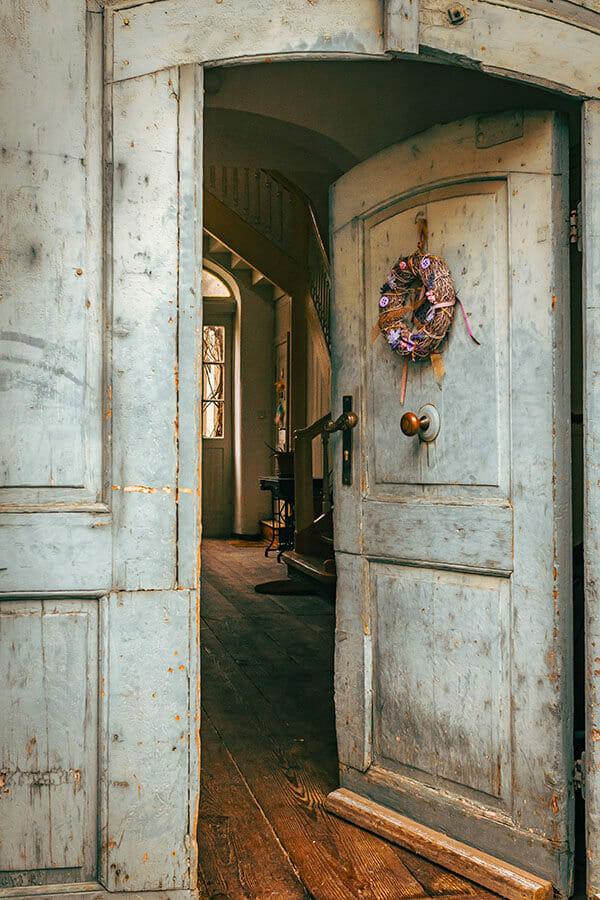 Geschmückte Tür in der Posthofstraße