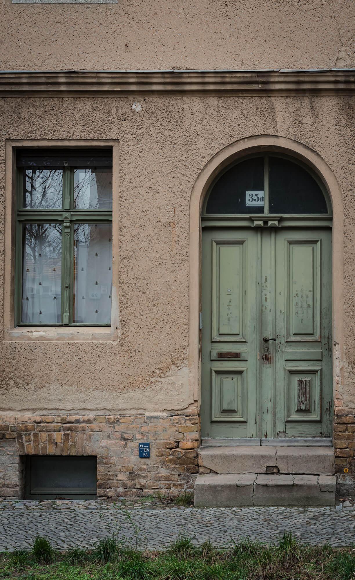 Alte, grüne Tür in Babelsberg