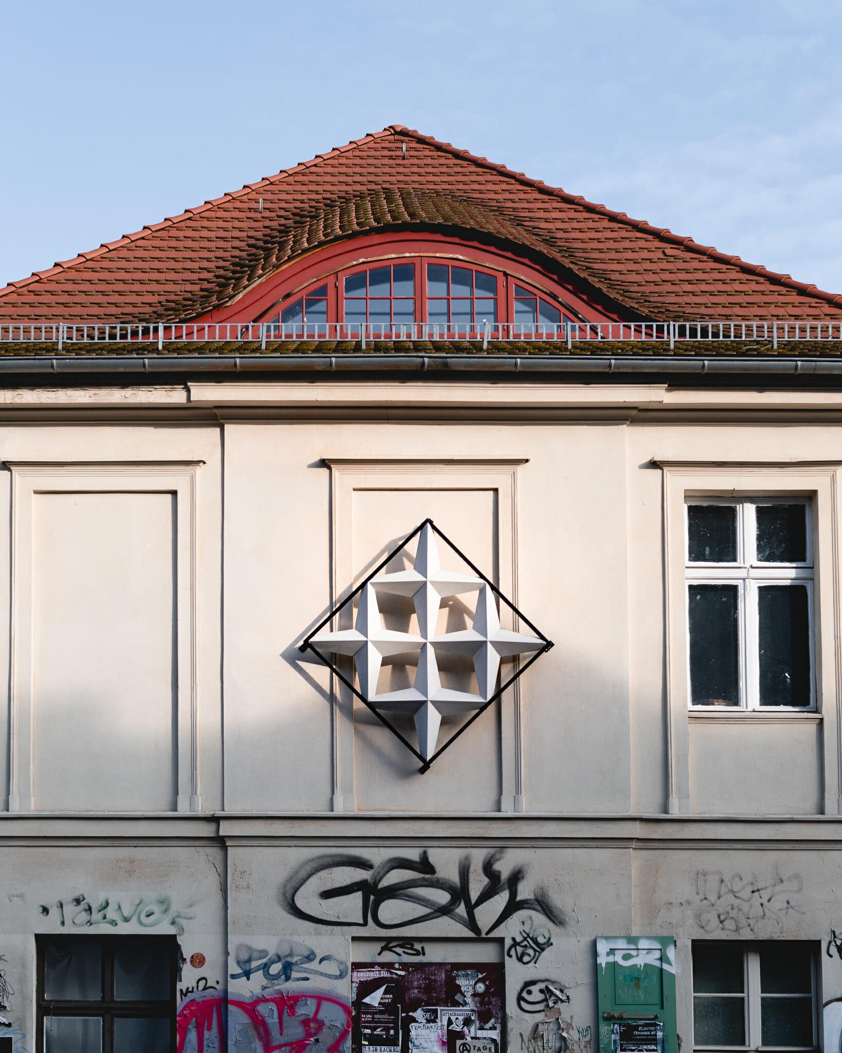Raute oder Stern der alten FH-Fassade an einem Haus in der Gutenbergstraße