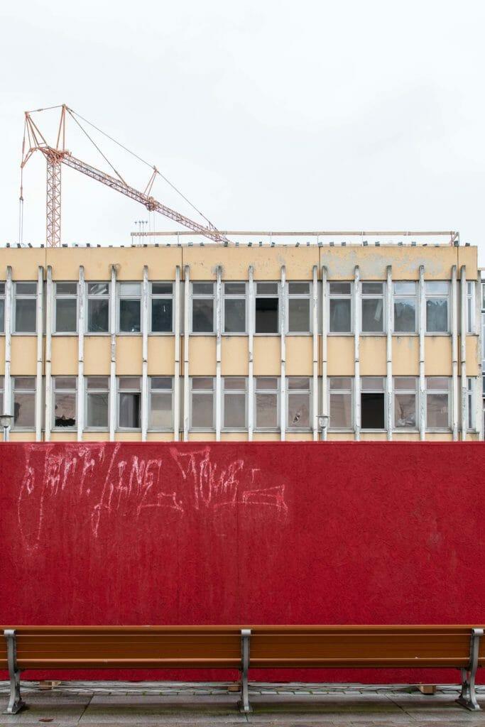 Ein roter Zaun umgibt die Baustelle am Alten Markt